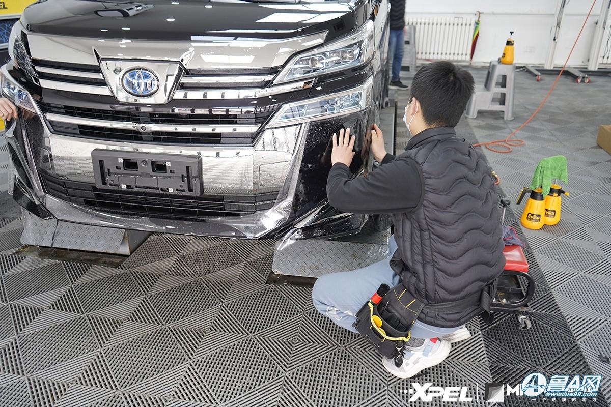 丰田威尔法装贴XPEL隐形车衣,持久镜面效果